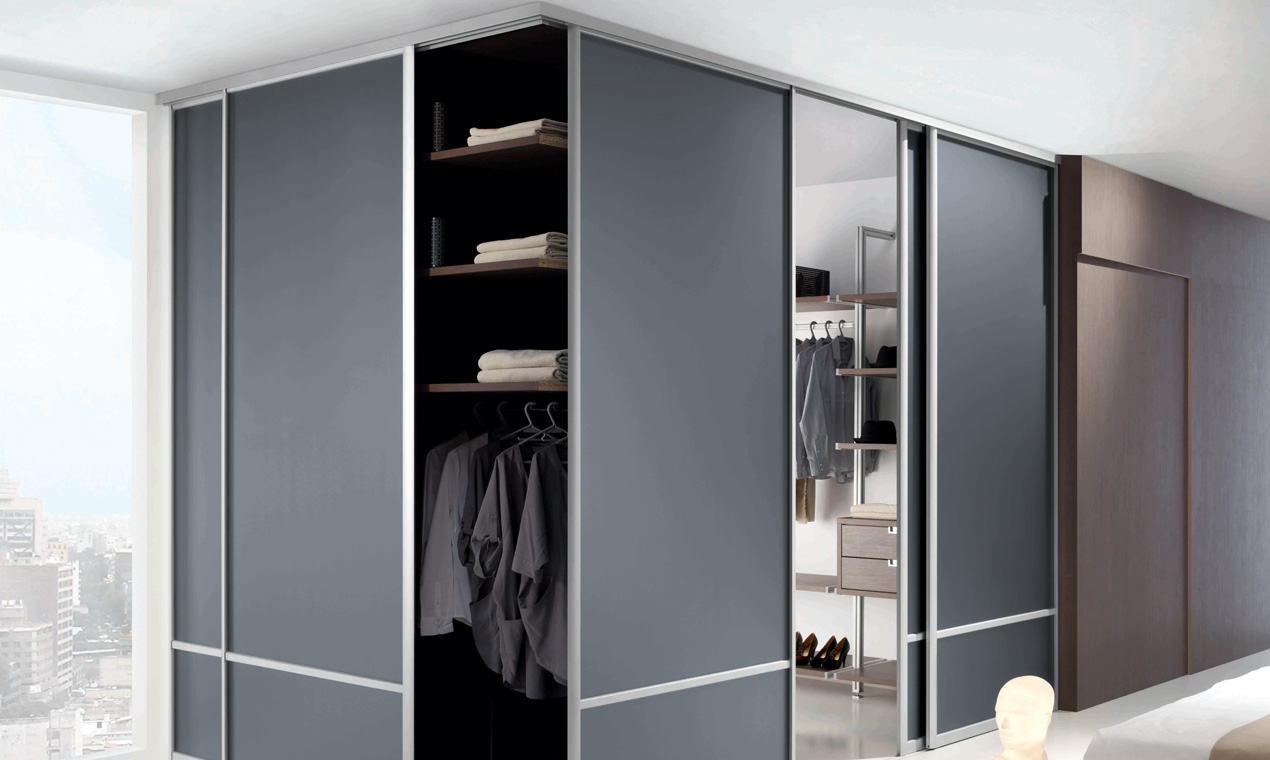 je modernise ma maison avec une porte coulissante placard sur mesure. Black Bedroom Furniture Sets. Home Design Ideas